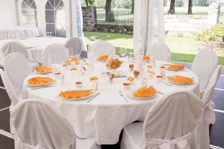 Hochzeitsdeko in frischem Orange
