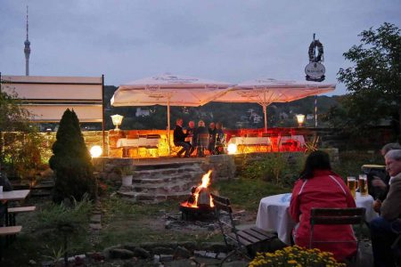 Lagerfeuerromantik mit Blick auf die Elbhänge