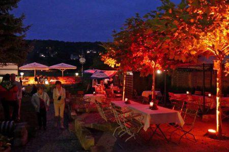 Romantisch illuminierter Garten